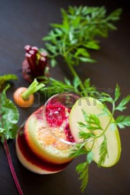 6747551-zumo-de-manzana-zanahoria-y-remolacha