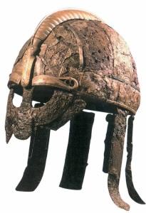 Yelmo previkingo de hierro con una elaborada decoración, procedente de la tumba de un jefe en Valsgärde, Suecia.